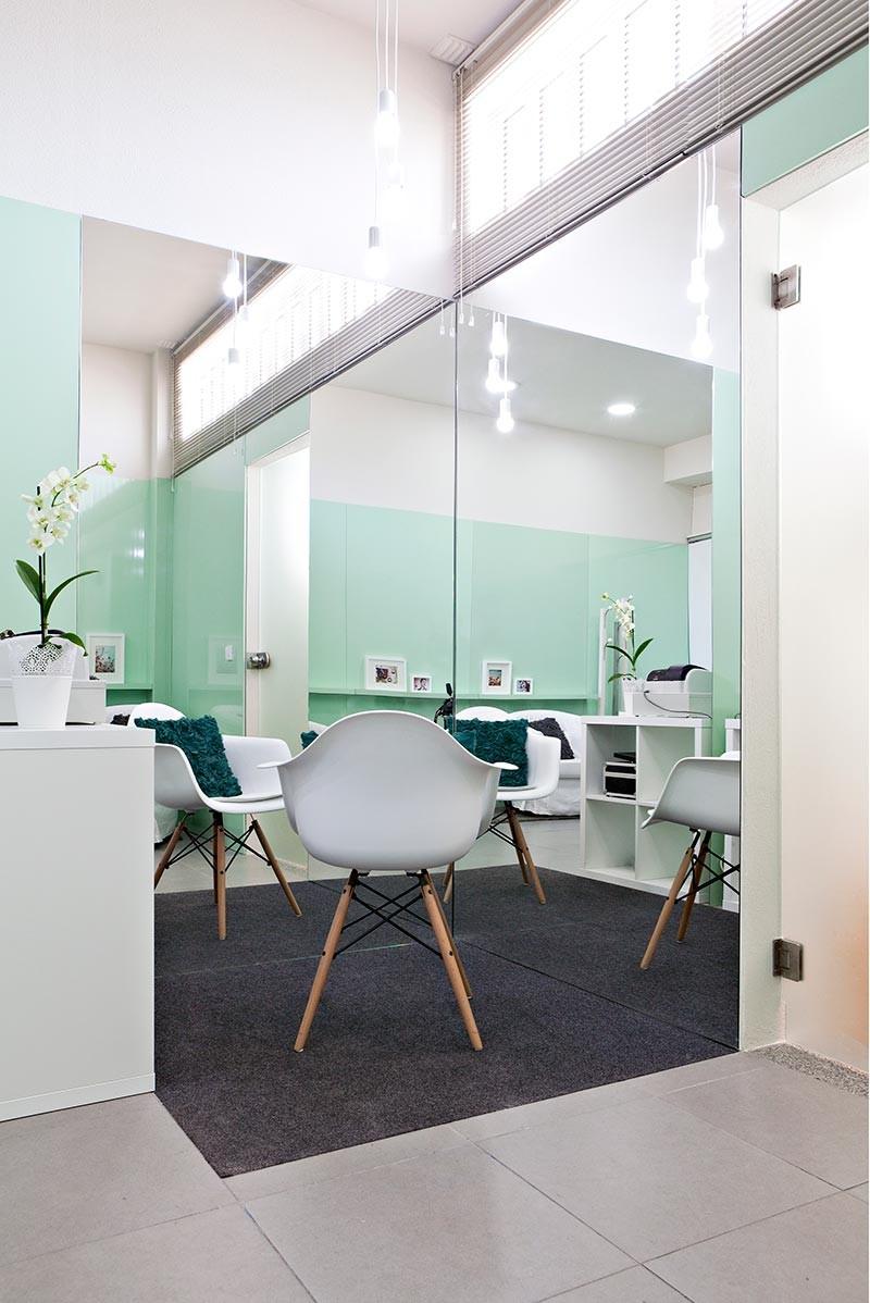 Интерьер маленького салона красоты: огромные настенные зеркала