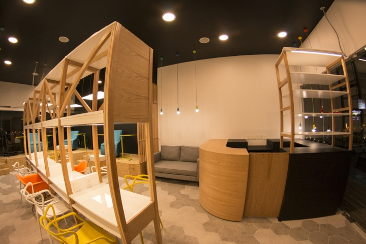 Интерьер маникюрного салона: геометрический узор на полу