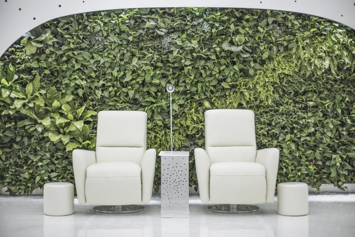 Интерьер маникюрного салона: кресла для клиентов на фоне сада