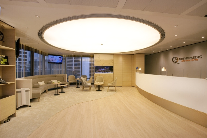Интерьер медицинского центра насыщен тёплыми светлыми тонами