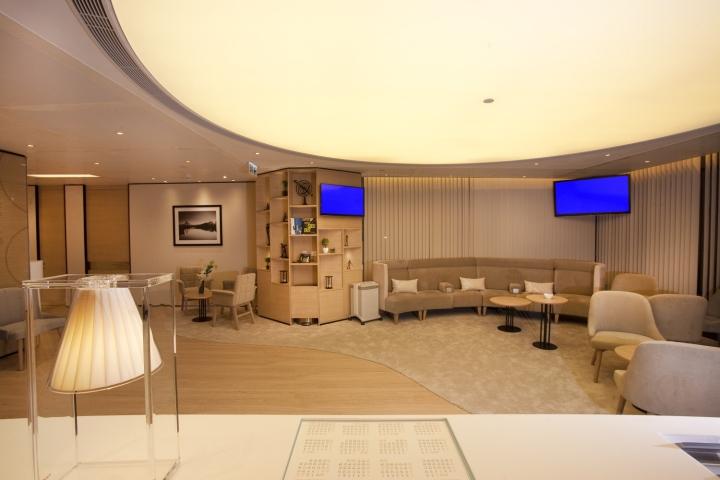Расслабляющий интерьер медицинского центра: пространство разграничено на зоны при помощи материалов и текстур
