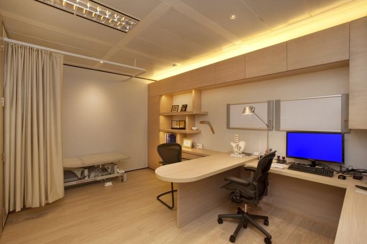 Интерьер медицинского центра предусматривает личное пространство для каждого сотрудника