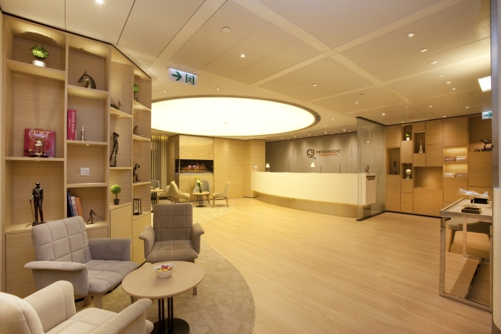 Расслабляющий интерьер медицинского центра: светло-коричневое деревянное покрытие успокаивает
