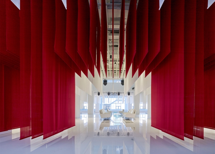 Интерьер музея BMW: красная драпировка