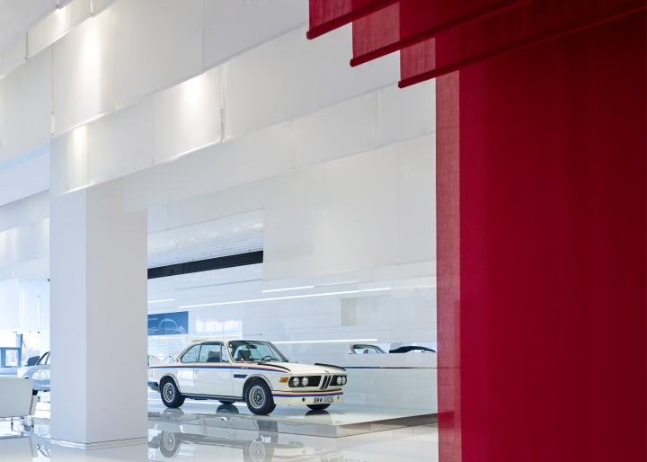 Интерьер музея BMW: просторный интерьер