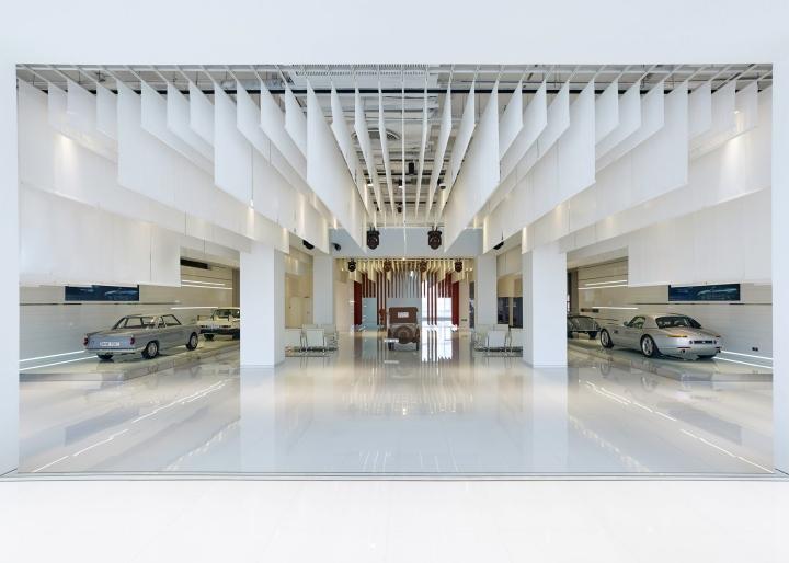 Интерьер музея BMW: зеркальные панели