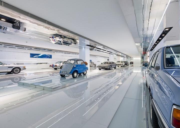 Интерьер музея BMW: зеркальный потолок