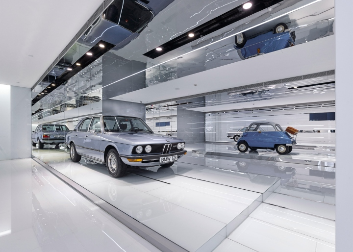 Интерьер музея BMW: строгие линии освещения