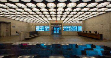 Интерьер музея искусств в историческом здании в Нью-Йорке