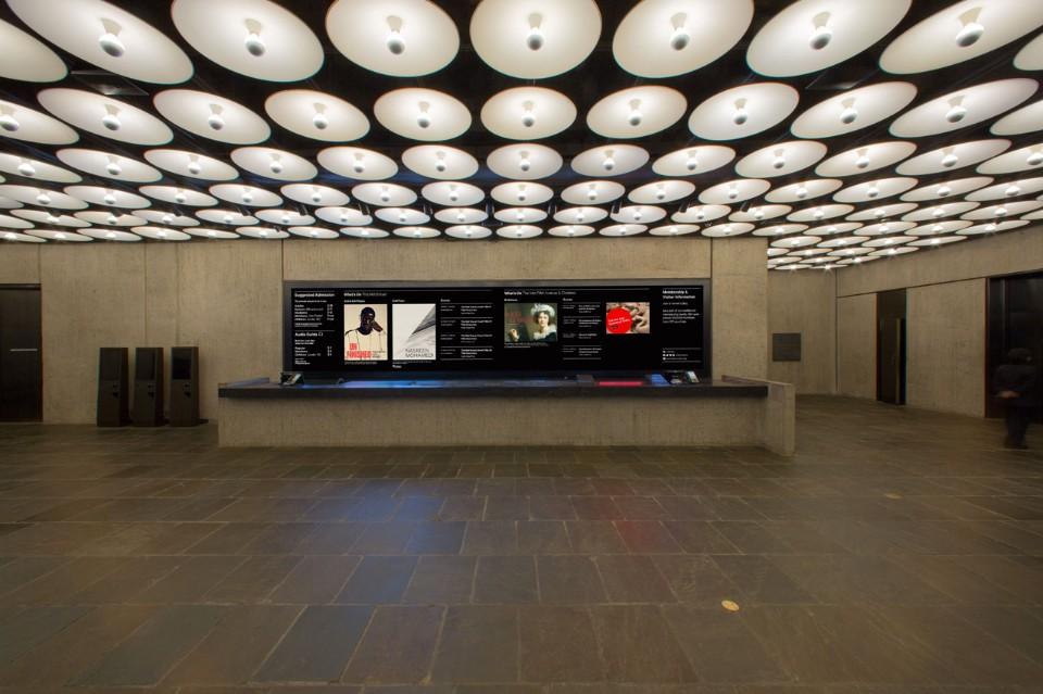 Серый интерьер музея искусств