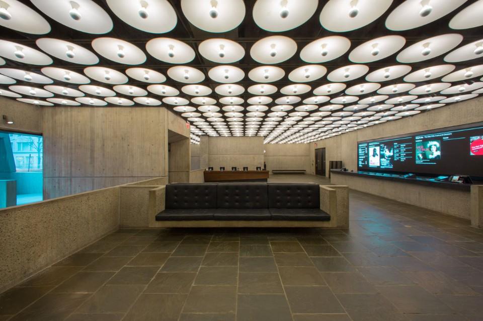Кожаные диваны в интерьере музея искусств