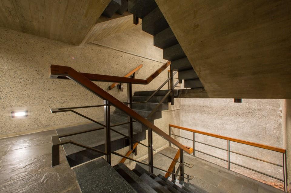Чёрные ступеньки лестницы в интерьере музея искусств
