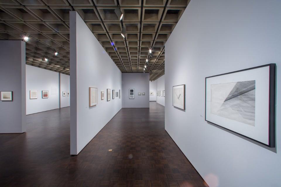 Белые стены в интерьере музея искусств
