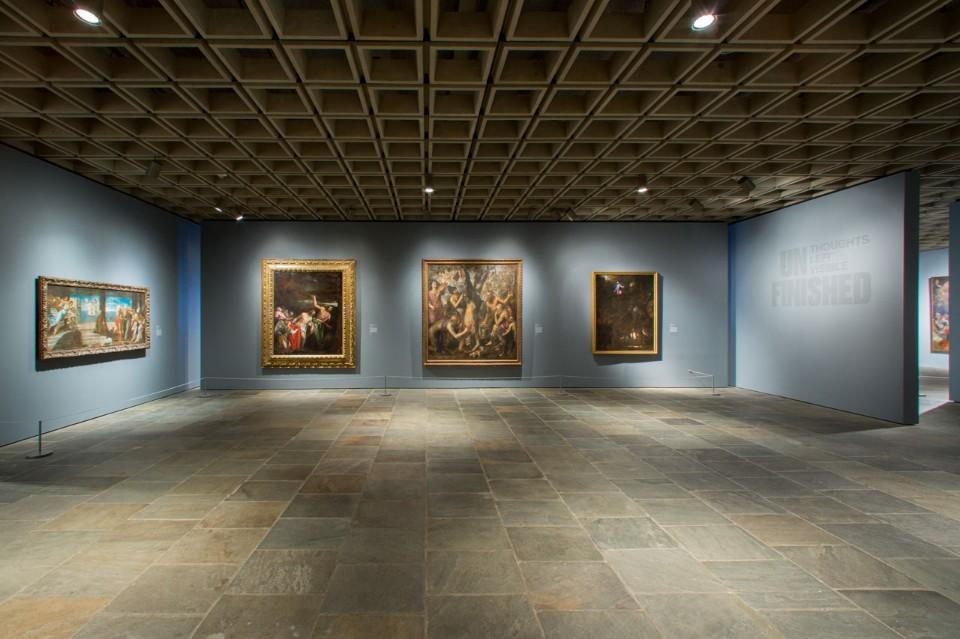 Каменный пол в интерьере музея искусств