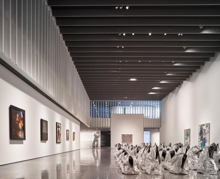 Интерьер музея в белой гамме