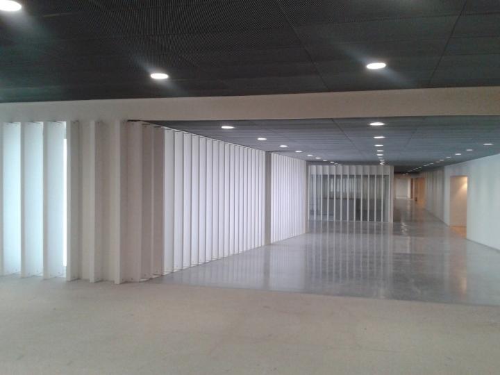 Интерьер музея с решётчатыми стенами