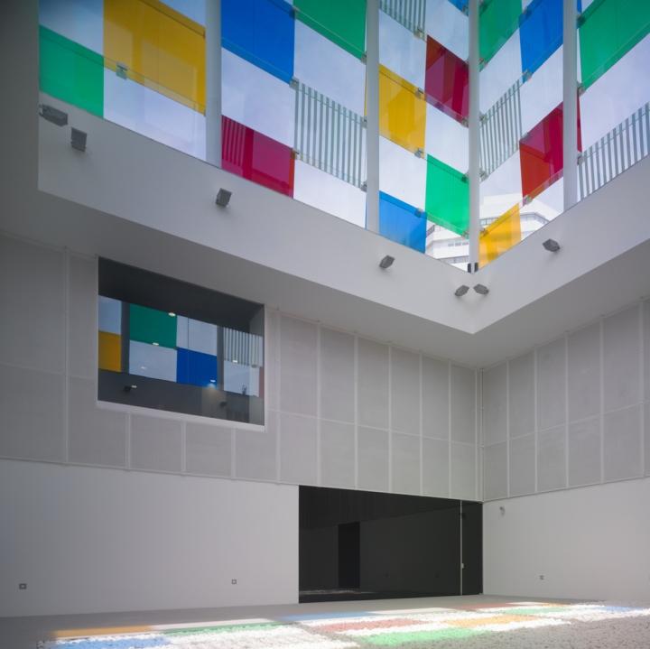 Яркие элементы в светлом интерьере музея