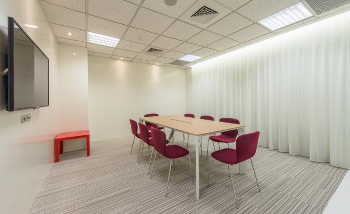 Интерьер небольшого офиса: светлый зал для совещаний