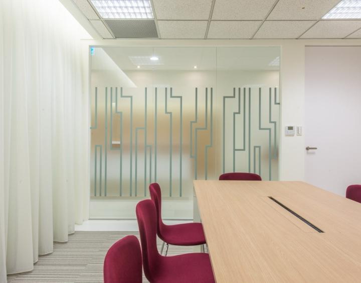 Интерьер небольшого офиса: лаконичная, но активизирующая перегородка
