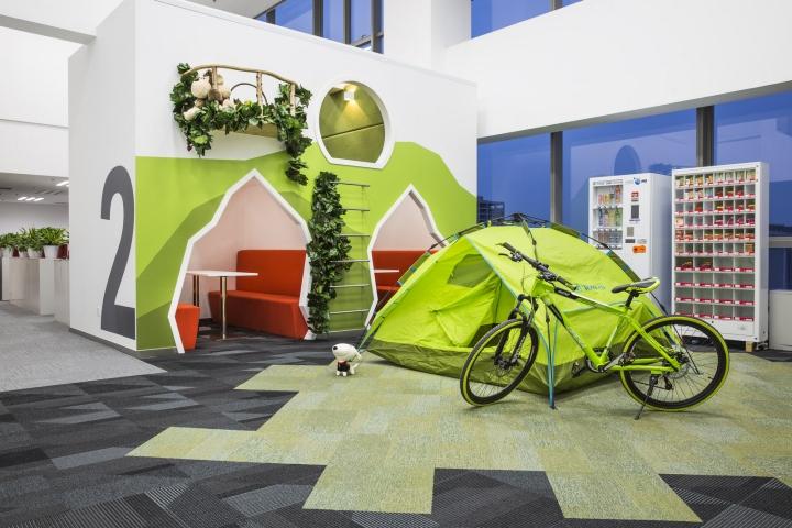 Динамичный яркий интерьер небольшого офиса - фото 12