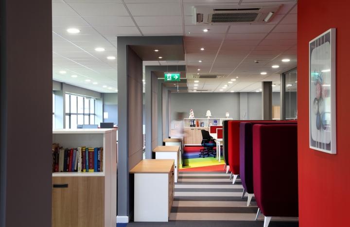 Интерьер офиса – фото из Ливерпуля, Великобритания: яркие цвета