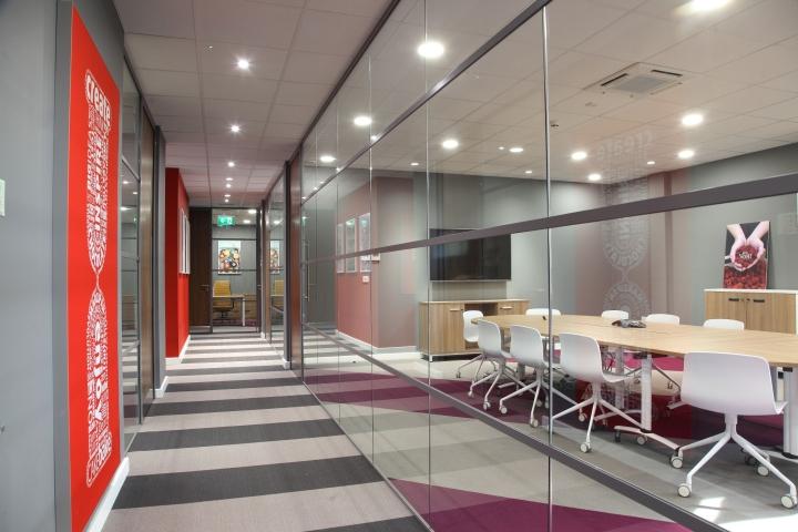 Интерьер офиса – фото из Ливерпуля, Великобритания: серо-красные тона