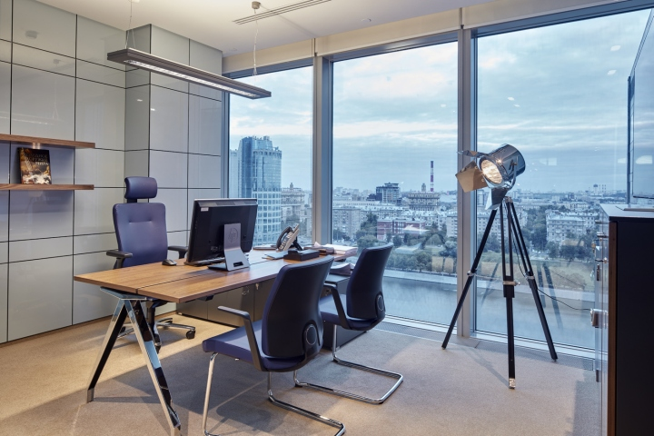 Кабинет с видом на город в московском офисе