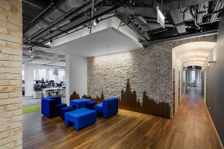 Интерьер офиса Booking.com в Москве - декор стен и синие диванчики