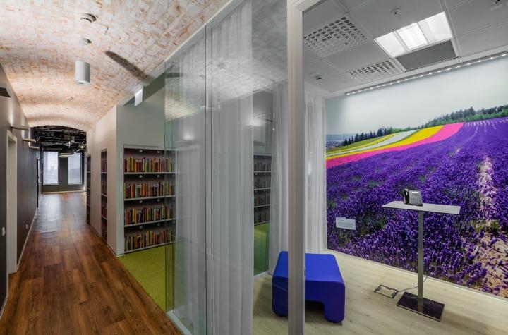 Интерьер офиса Booking.com в Москве - зонирование пространства