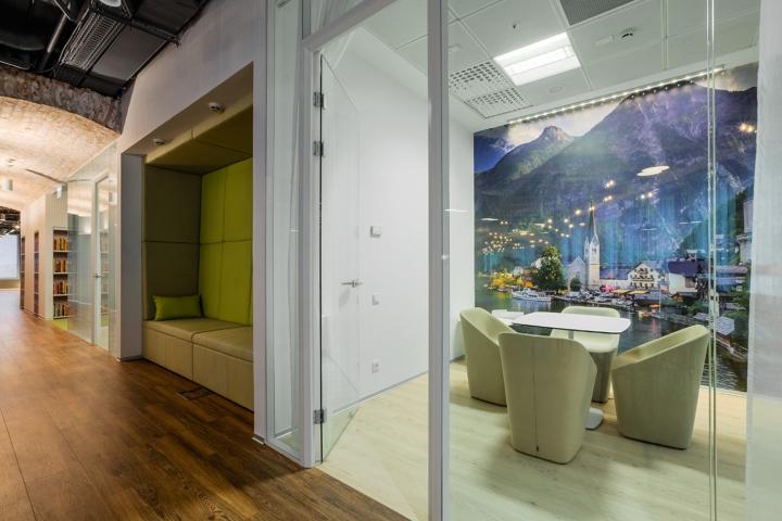 Интерьер офиса Booking.com в Москве - диванчик для гостей