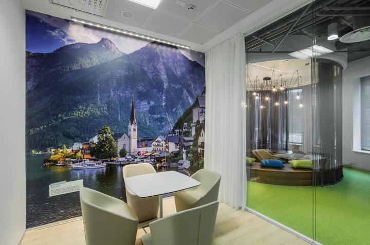 Интерьер офиса Booking.com в Москве - декор стен фотообоями