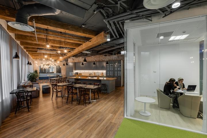 Интерьер офиса Booking.com в Москве - бар-кафе внутри офиса