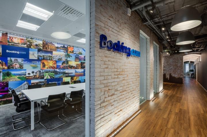 Интерьер офиса Booking.com в Москве - логотип компании