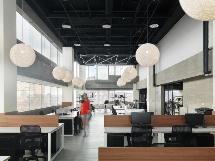 Интерьер офиса в стиле минимализм компании Citiesocial - открытое офисное пространство