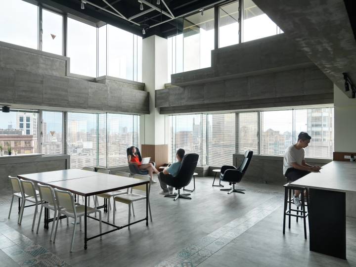Интерьер офиса в стиле минимализм компании Citiesocial - большие окна и много света