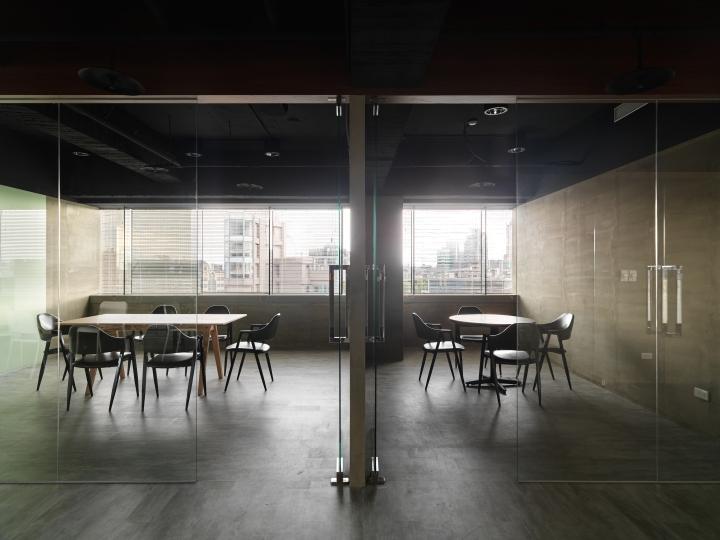 Интерьер офиса в стиле минимализм компании Citiesocial - переговорная зона