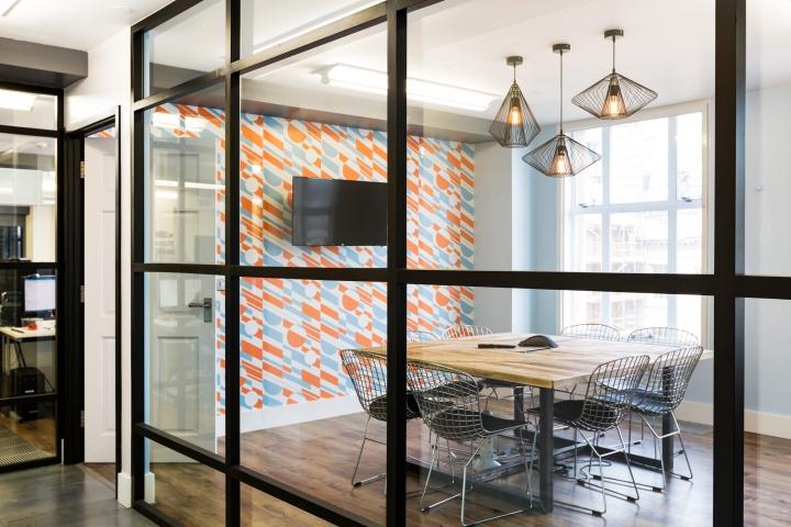 Интерьер офисных помещений: современное пространство с яркими деталями