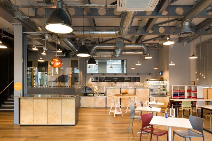 Интерьер офисных помещений бизнес-центра: ресепшен и кафе