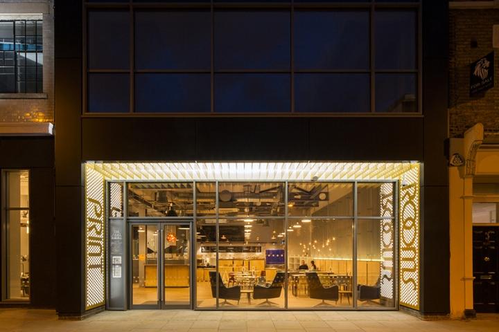 Интерьер офисных помещений бизнес-центра: название на входе