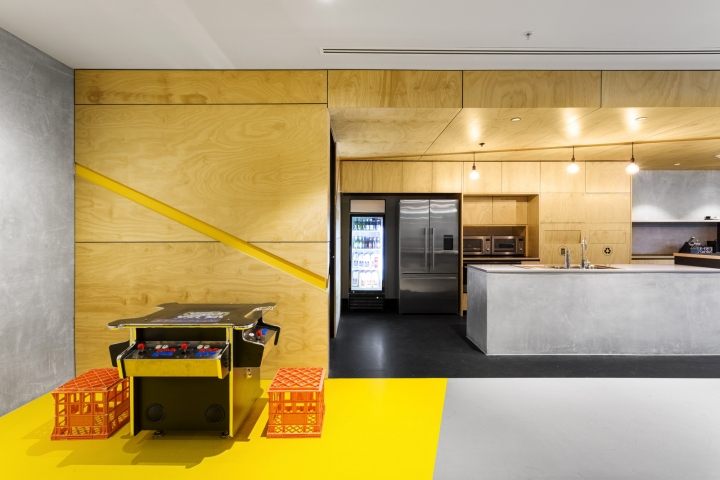 Интерьер офисных помещений от Hot Black Interiors, Австралия: жёлтый уголок