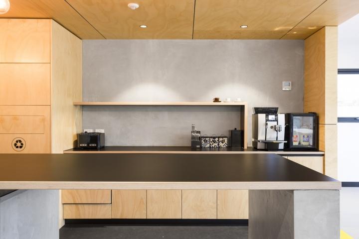 Интерьер офисных помещений от Hot Black Interiors, Австралия: место для обеденного перерыва
