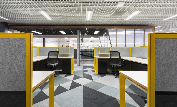 Интерьер офисных помещений от Hot Black Interiors, Австралия: удобные кресла