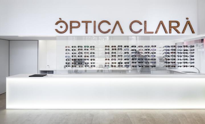 Интерьер оптики в Жироне - логотип компании внутри магазина