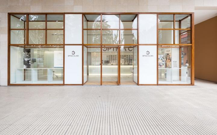 Интерьер оптики в Жироне - фасад здания