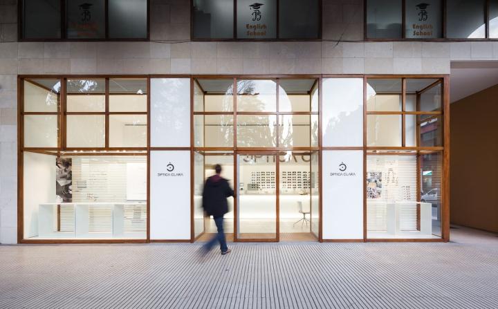 Интерьер оптики в Жироне - фасад магазина оптики