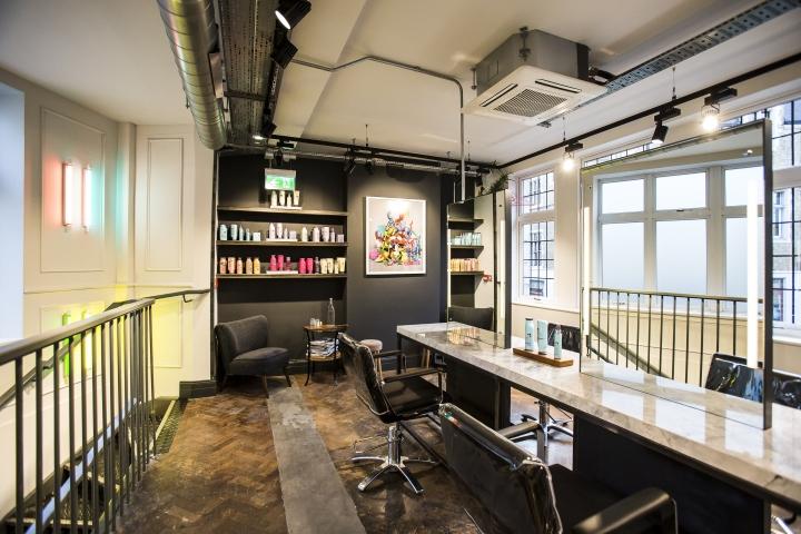 Чёрные кожаные кресла для посетителей парикмахерской