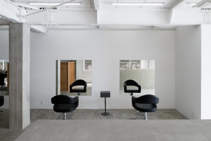 Чёрные кожаные кресла в интерьере парикмахерской