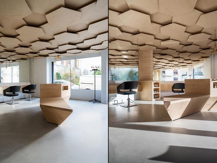Стенд из деревянных панелей в интерьере парикмахерской