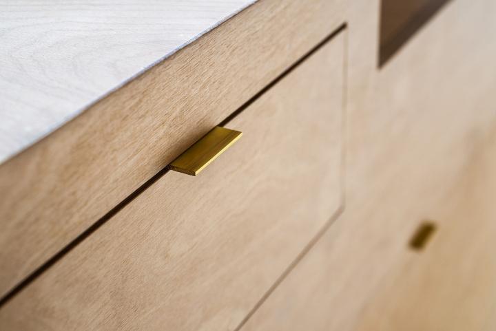 Дизайн деревянного шкафчика в парикмахерской