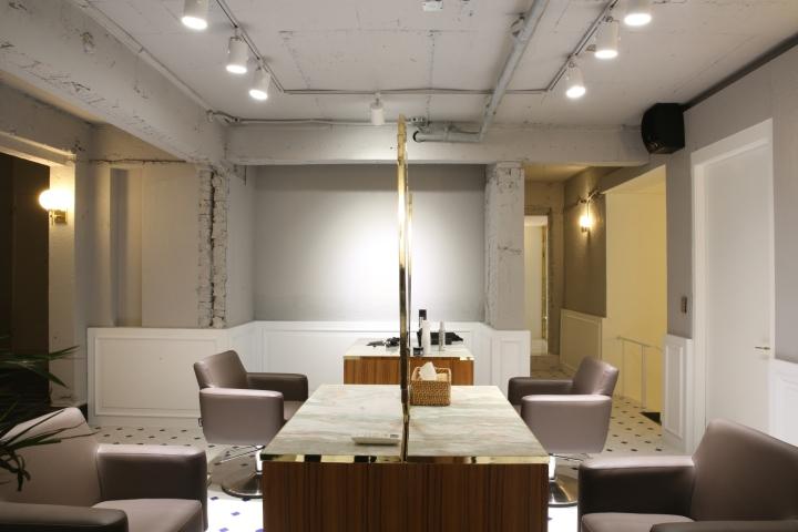 Интерьер парикмахерской: зал для сразу 6 клиентов